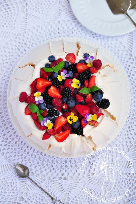 pavlova z owocami i kwiatami, summer fruit and flowers meringue cake
