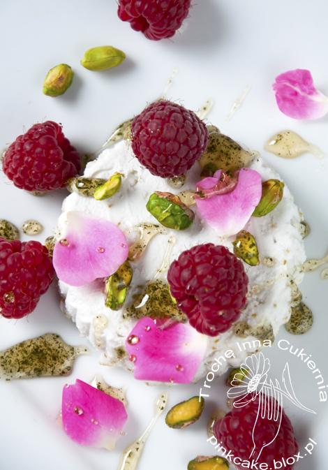 lody świerkowe z płatkami róży i miodem sosnowym, pine icecreams with rose petals and rasberries